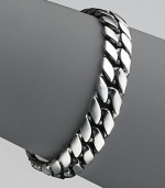 Narrow curb chain in sterling silver. 8½ long Imported